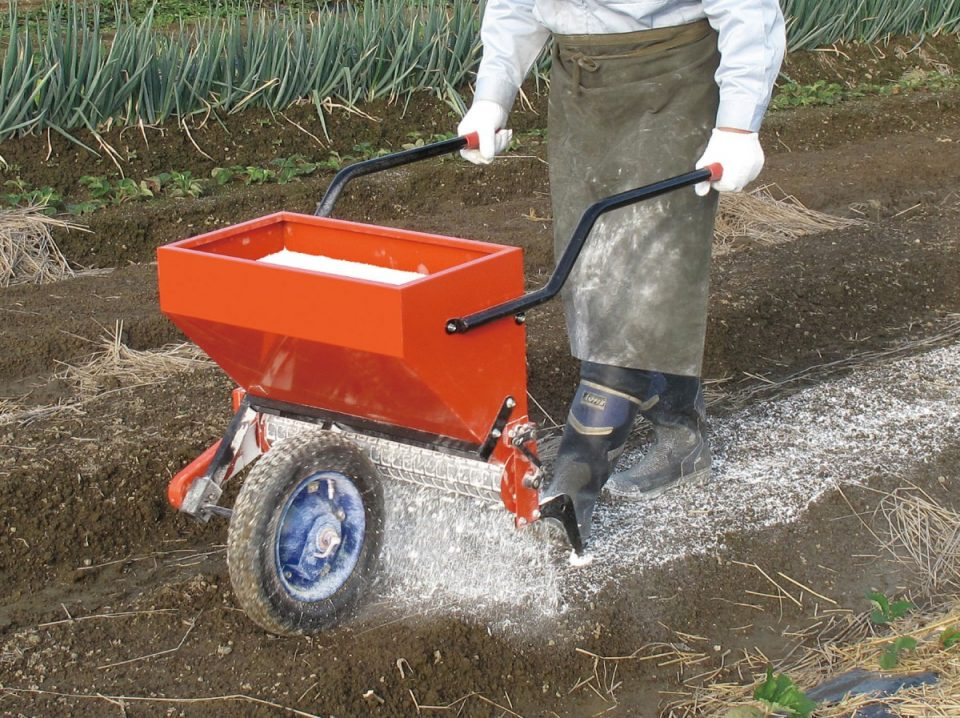 粉体肥料まき機